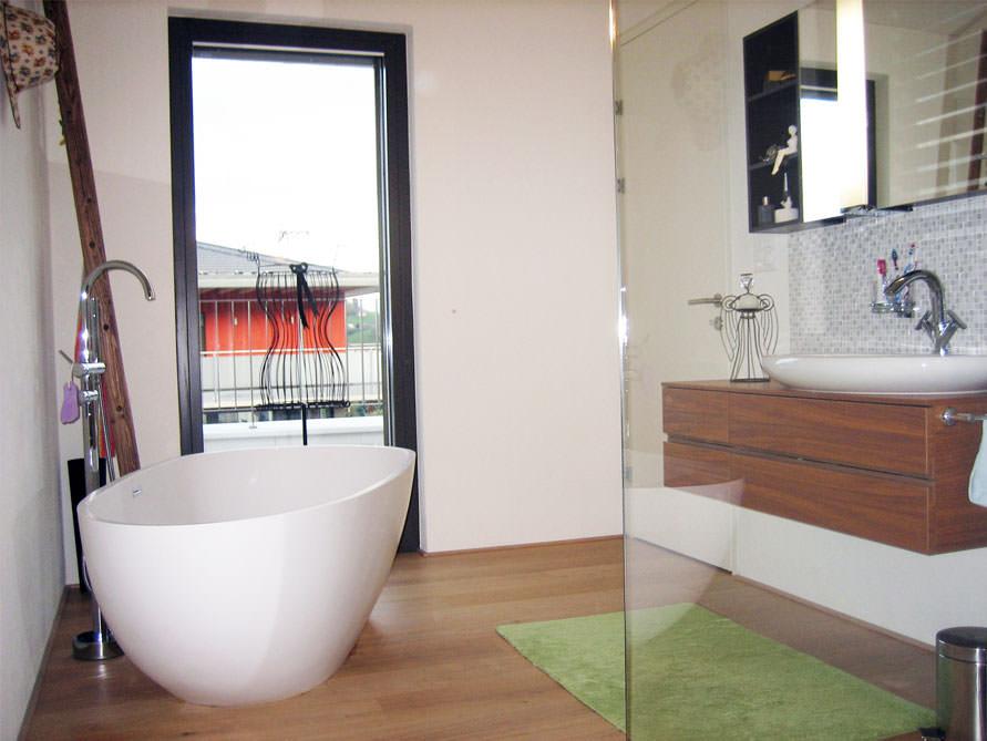 Kleines badezimmer mit der freistehenden badewanne luino for Badezimmer mit dusche idee