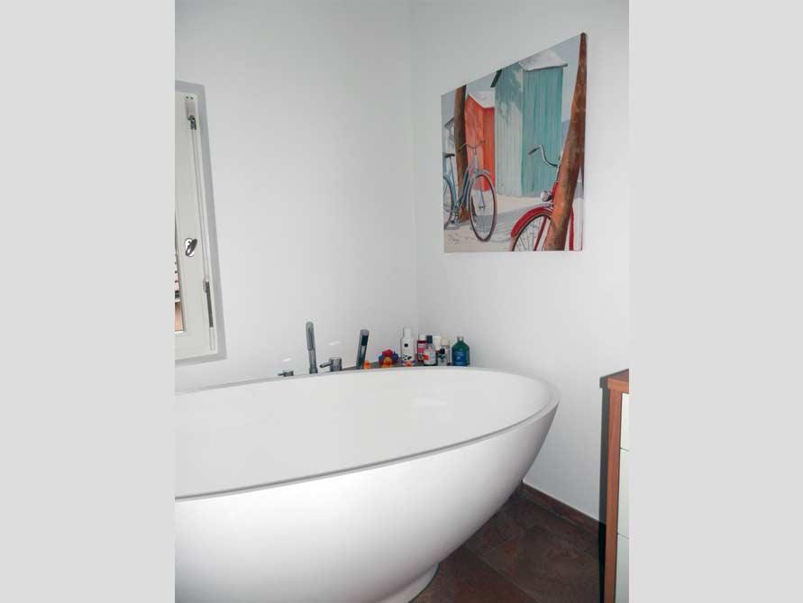 b der ideen mit freistehende badewanne barletta aus mineralguss badewannen aufsatzarmaturen. Black Bedroom Furniture Sets. Home Design Ideas