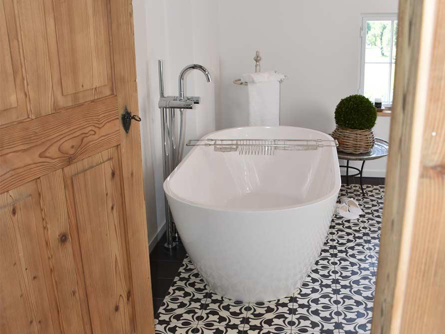 b der ideen mit freistehende badewanne montecristo aus mineralguss. Black Bedroom Furniture Sets. Home Design Ideas