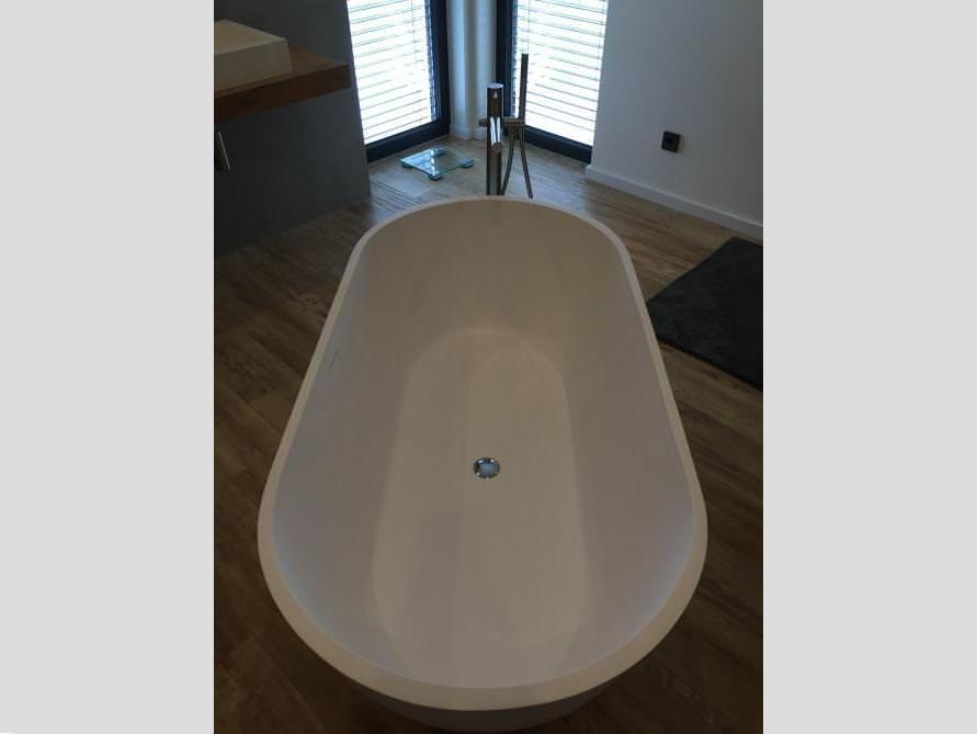 Bäder-Idee mit der freistehenden Badewanne Montecristo Grande
