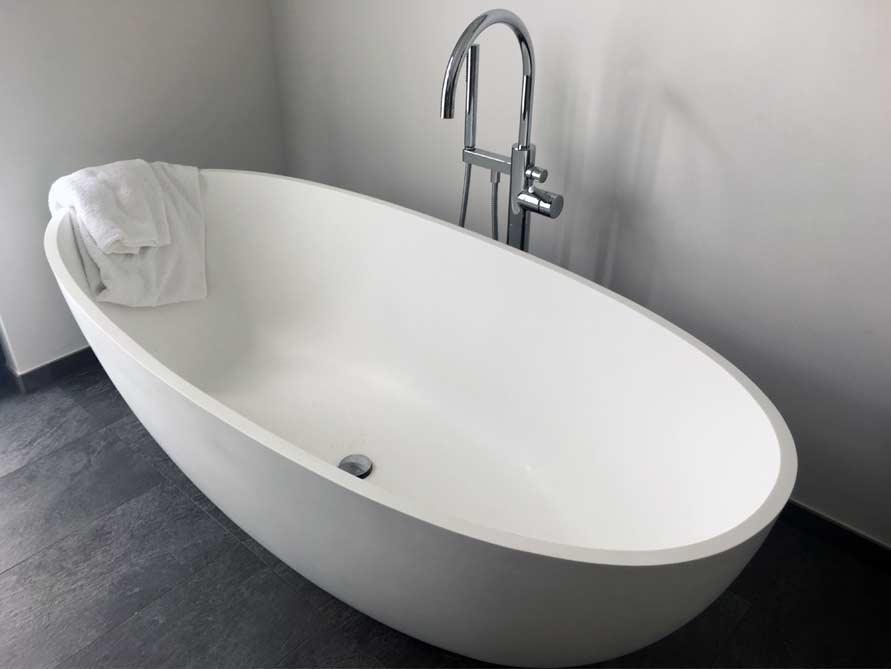 b der ideen mit freistehende badewanne piemont medio aus mineralguss. Black Bedroom Furniture Sets. Home Design Ideas