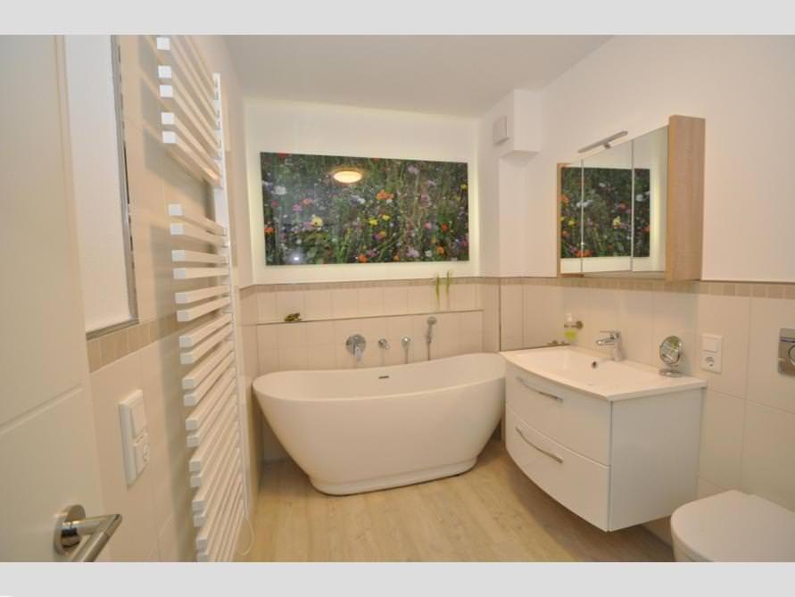 Bäder-Idee mit der freistehenden Badewanne Sanitas