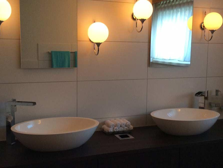 b der ideen mit freistehende badewanne vicenza aus mineralguss aufsatzbecken sillaro. Black Bedroom Furniture Sets. Home Design Ideas